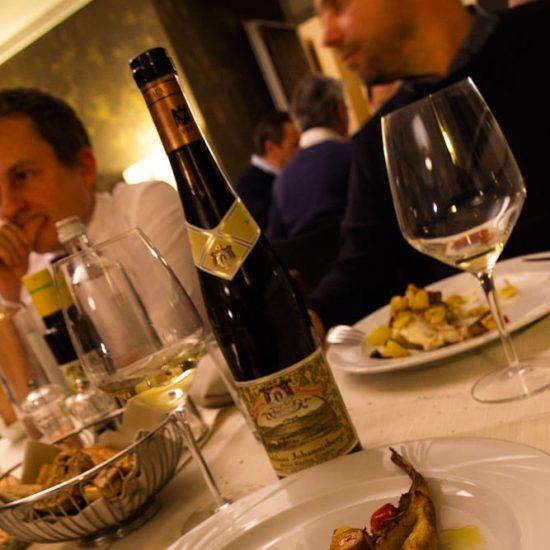 Rana pescatrice al forno con patate, pomodorini, capperi e olive Taggiasche, abbinata a: Riesling Bronselack Trocken