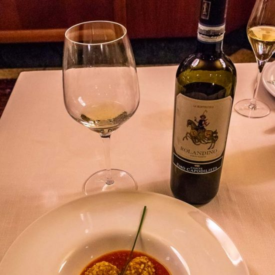 Polpettine al Baccalà su coulée di pomodoro Pachino abbinato a: La Montecchia - Rolandino Pinot Bianco