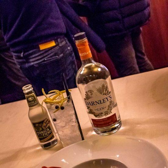 Semifreddo ai lamponi con gelée al profumo di Gin Mare abbinato a: Gin Tonic con gin Darnley's
